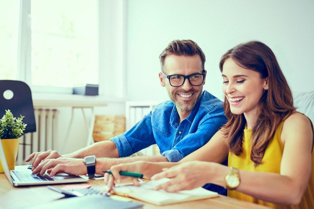 Dinheiro extra do 13º salário: investir ou quitar dívidas?